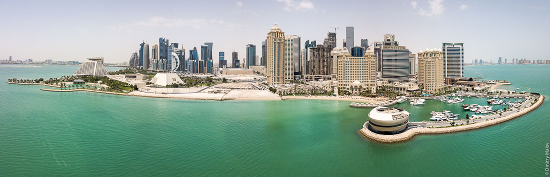 Doha, Qatar - an aerial drone photo of the skyscrapers seafront. Катар, Доха — аэрофотосъемка с дрона, небоскрёбы, набережная