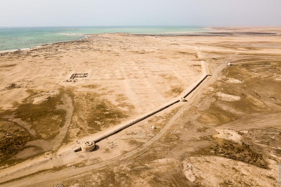 Al Zubarah ruined city walls, aerial view, Al Shamal, Qatar. Зубарах, руины города, крепостная стена, аэрофотосъёмка, Эш-Шамаль Катар