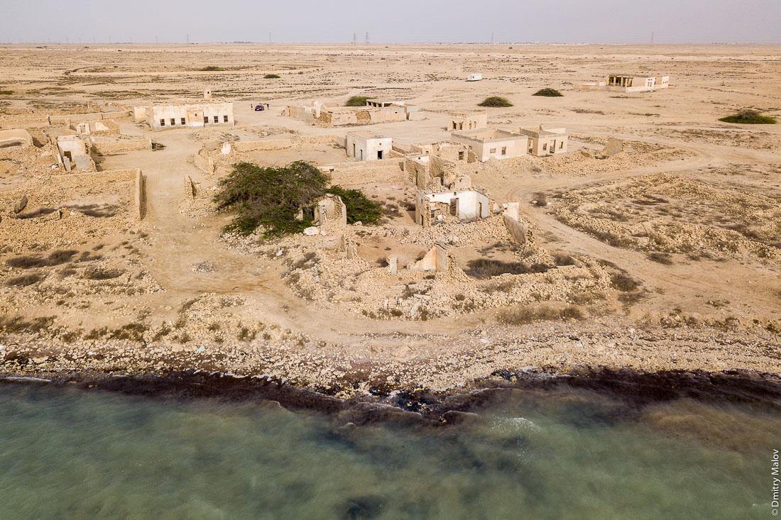 Abandoned 19th century pearling and fishing village Al Jumail, Qatar. Aerial photo. Заброшенная деревня рыбаков и ловцов жемчуга Аль-Джумаил, Катар. Фотография с высоты птичьего полёта с дрона