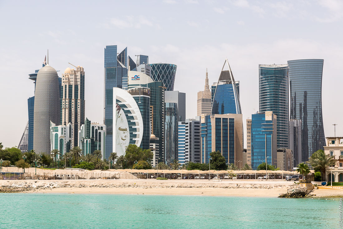Doha, Qatar - skyscrapers seafront. Катар, Доха — небоскрёбы, набережная