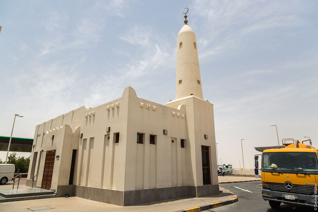 Mosque on a gas station, Umm Salal Mohammed town, Qatar. Мечеть на заправке в городе Умм-Салал-Мохаммед, Катар