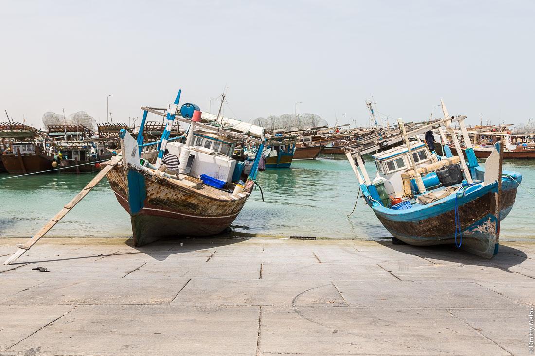 Традиционные арабские рыбацкие лодки дау в порту города Аль-Хор (Эль-Хаур), Катар. Arab traditional fishing dhow boats in port of Al Khor city, Qatar
