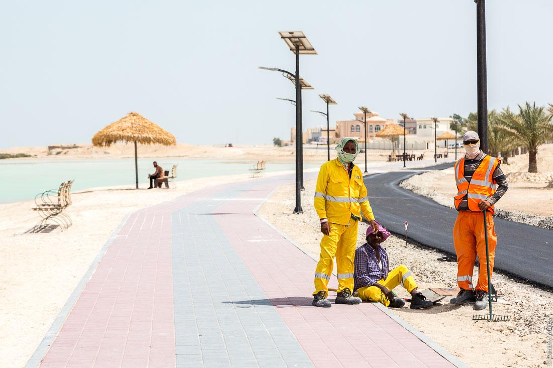 Пакистанские или индийские рабочие строят новую набережную. Жарко. Город Аль Дакира, Катар. Pakistani or Indian workers are building a new embankment. Hot weather. Al Thakhira (Al Dhakira) town, Qatar.