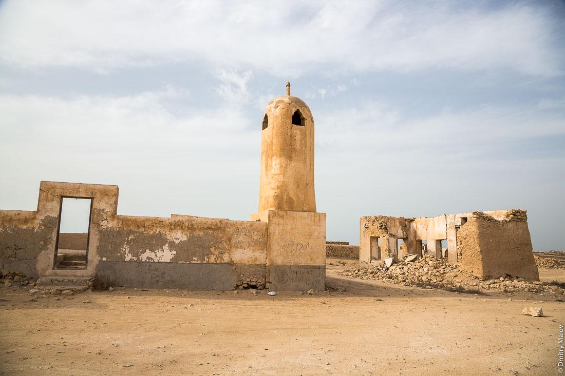 Abandoned mosque with minaret. Abandoned 19th century pearling and fishing village Al Jumail, Qatar. Заброшенная деревня рыбаков и ловцов жемчуга Аль-Джумаил, Катар. Заброшенная мечеть с минаретом.