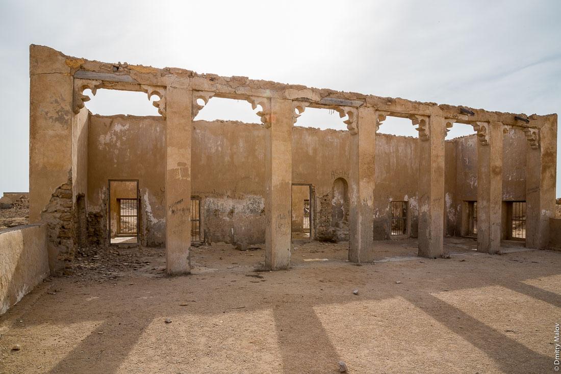 Inside abandoned mosque. Abandoned 19th century pearling and fishing village Al Jumail, Qatar. Заброшенная деревня рыбаков и ловцов жемчуга Аль-Джумаил, Катар. Фото внутри заброшенной мечети.