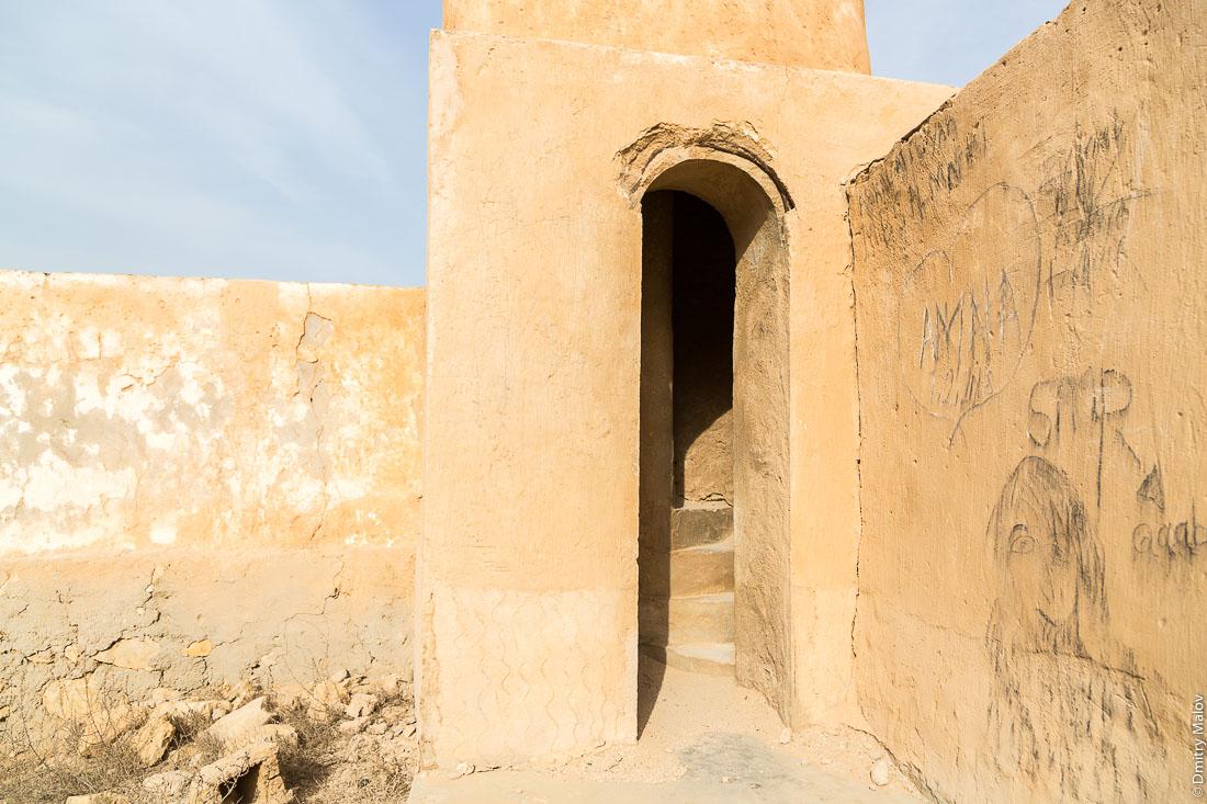 Inside abandoned mosque. Entrance to minaret Abandoned 19th century pearling and fishing village Al Jumail, Qatar. Заброшенная деревня рыбаков и ловцов жемчуга Аль-Джумаил, Катар. Фото внутри заброшенной мечети. Вход в минарет.