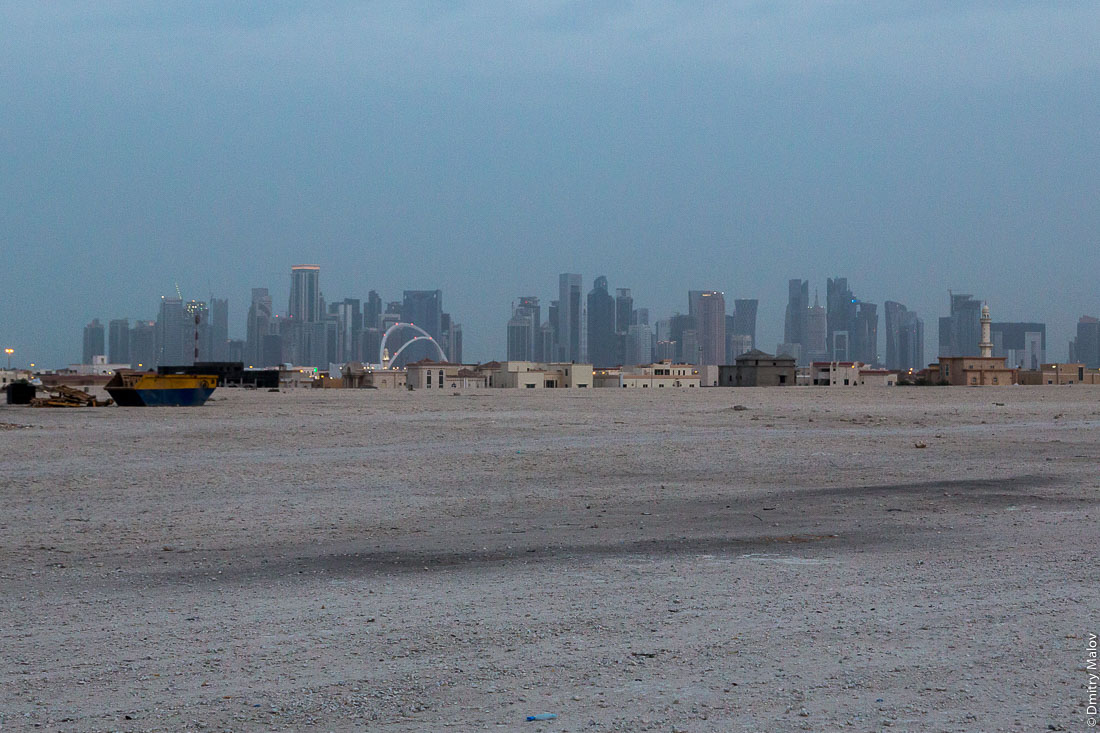 Doha, Qatar - a view of the skyscraper city bordering the desert. Катар, Доха — город небоскрёбов граничит с пустыней