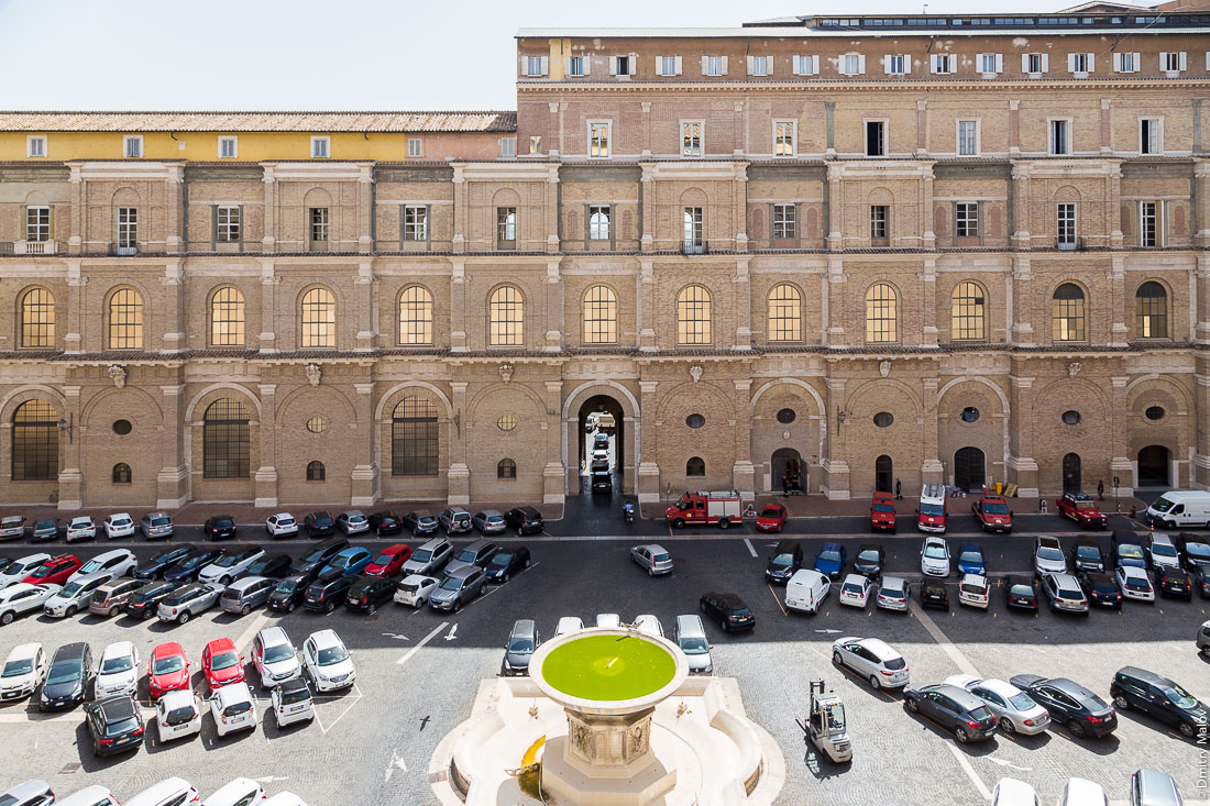 Автопарковка, Ватикан. Car parking in Vatican's inner yard, Vatican
