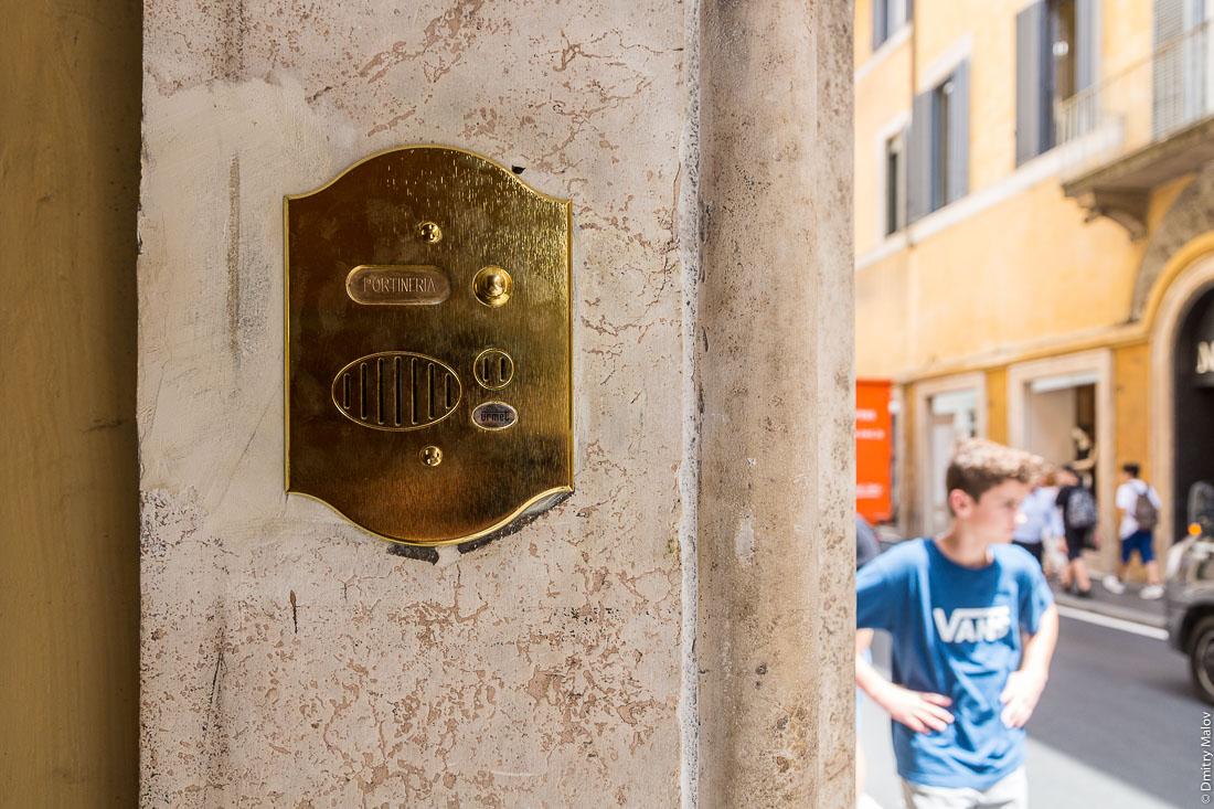 Звонок на воротах Мальтийского дворца, виа Кондотти, 68, Рим, Италия. A bell to Portineria on the gates of Palazzo Magistrale, Palazzo di Malta, Via dei Condotti 68, Rome, Italy