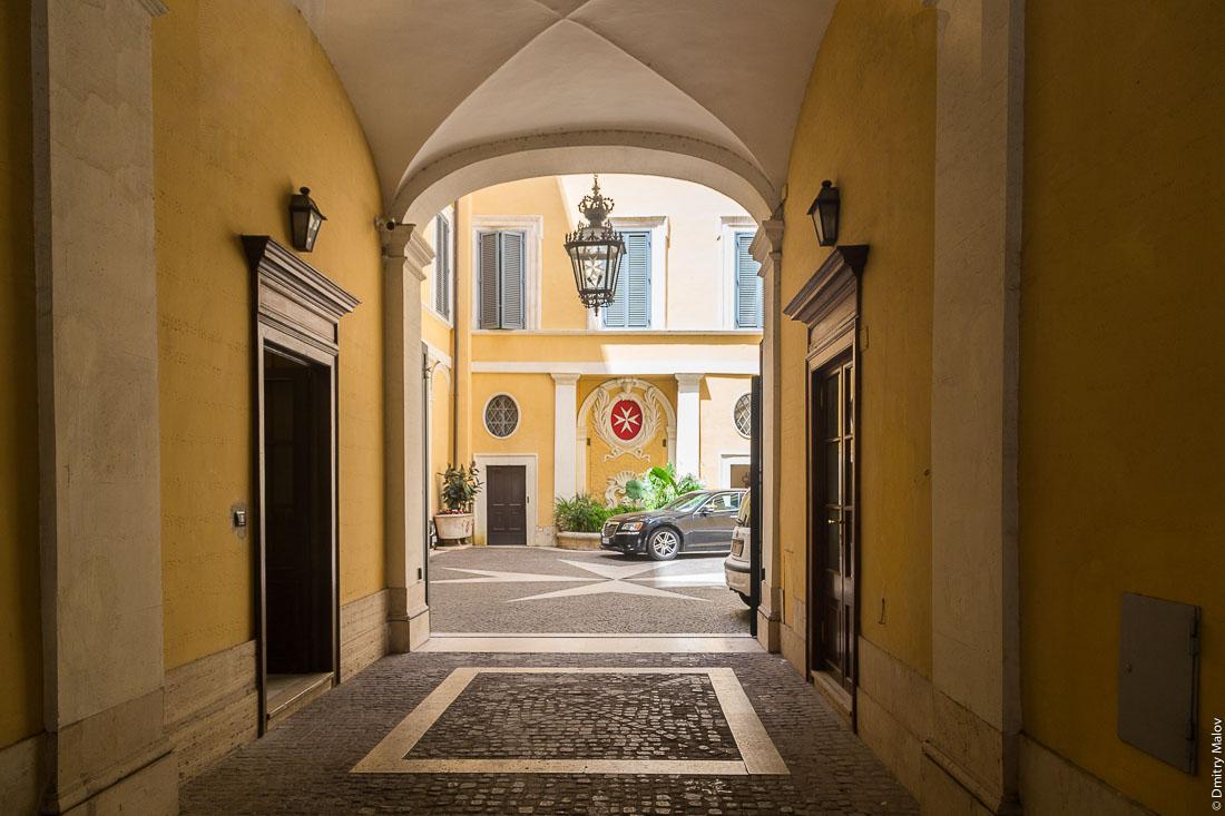 Двор Мальтийского дворца, виа Кондотти, 68, Рим, Италия. Court of Palazzo Magistrale, Palazzo di Malta, Via dei Condotti 68, Rome, Italy