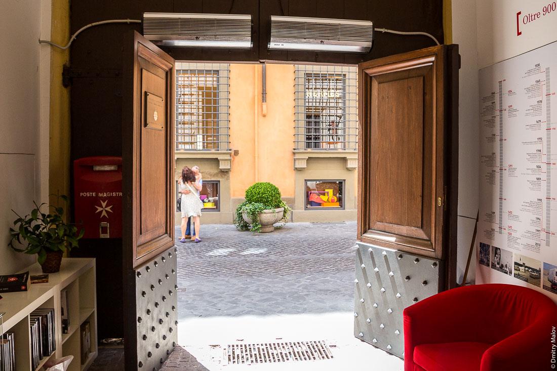 Пара целуется. Почтовое отделение Мальтийского дворца, виа Кондотти, 68, Рим, Италия. A couple kissingю Poste Magistrali, Palazzo Magistrale, Palazzo di Malta, Via dei Condotti 68, Rome, Italy