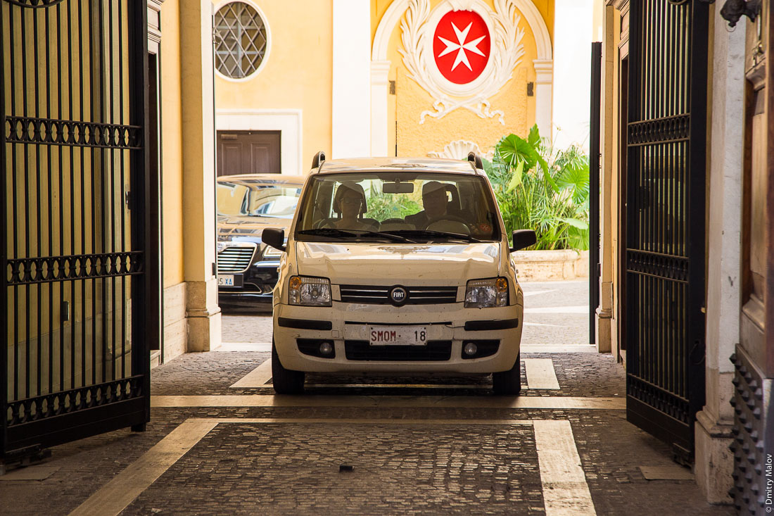 Мужчина, женщина, машина Fiat SMOM-18 и ворота Мальтийского дворца, виа Кондотти, 68, Рим, Италия. A man, a woman, Fiat SMOM-18 and the gates of Palazzo Magistrale, Palazzo di Malta, Via dei Condotti 68, Rome, Italy