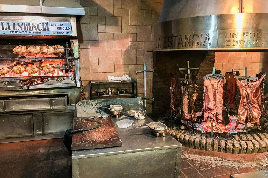 Говядина на аргентинском гриле парилья, Буэнос-Айрес, Аргентина. Grilling beef on parilla, Buenos Aires, Argentina.