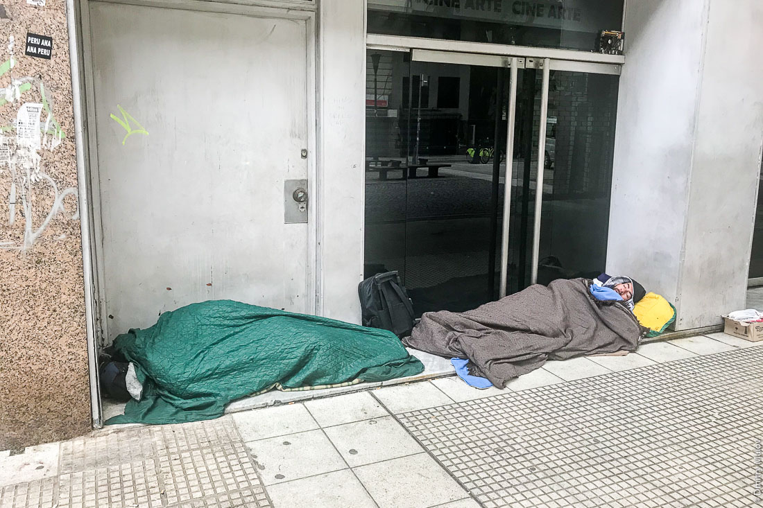 Two sleeping homeless men on streets of Buenos Aires, Argentina. Двое спящих бездомных на улицах Буэнос-Айреса, Аргентина