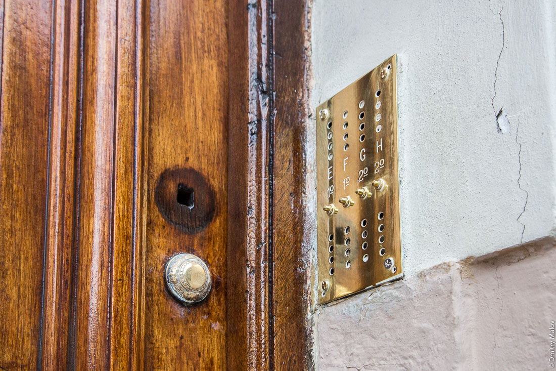 Historical apartment building brassy door bells, Buenos Aires, Argentina. Исторические латунные звонки на подъезде многоквартирного дома.
