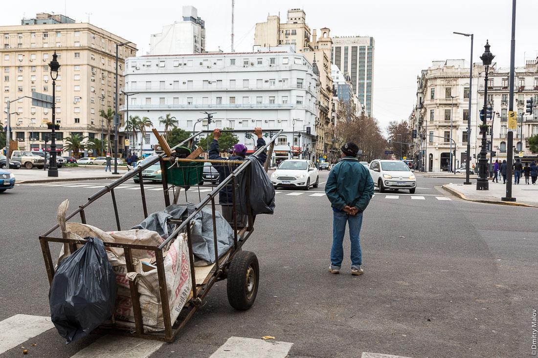 Мусорщики на улице Буэнос-Айреса, Аргентина.  Garbage collectors at Buenos Aires street, Argentina