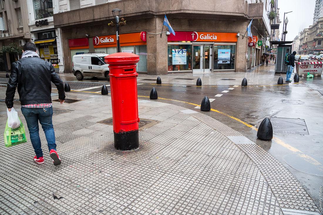 Красный почтовый ящик на улице, центр Буэнос-Айреса, Аргентина. Tamet Red pillar post box, Buzón porteño, Correo Argentino, downtown Buenos Aires, Argentina.