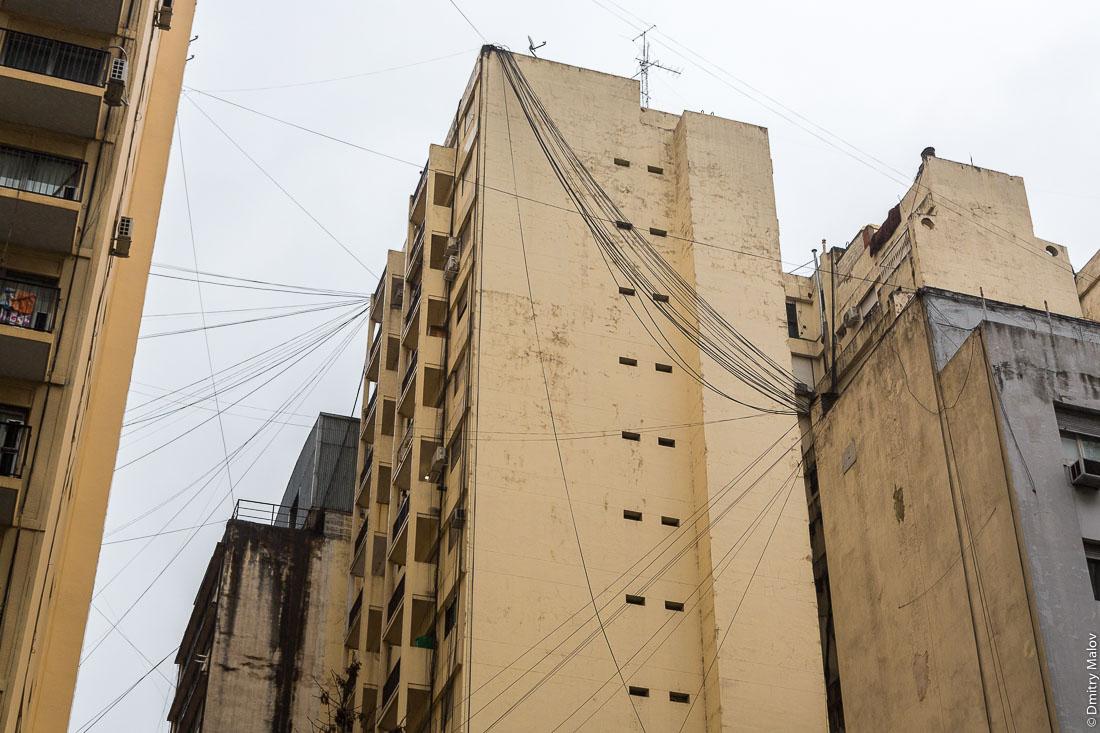 Хаотичная паутина из воздушных линий связи, Буэнос-Айрес, Аргентина. Chaotic web of overhead cables, Buenos Aires, Argentina.
