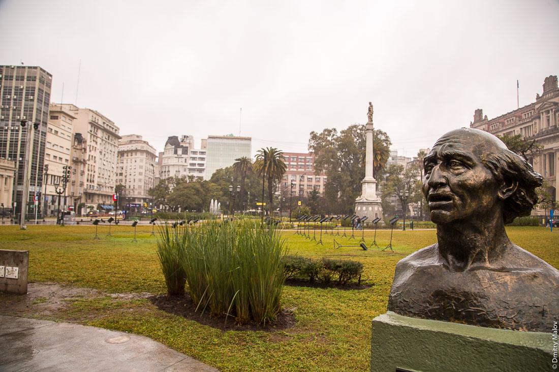 Площадь генерала Лаваля в центре Буэнос-Айреса, Аргентина. Plaza General Lavalle, downtown Buenos Aires, Argentina.