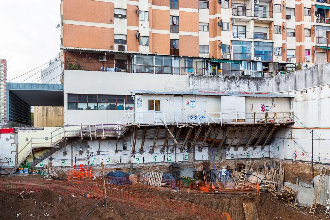 Деревянные строительные леса, Буэнос-Айрес, Аргентина. Wooden scaffolding, Buenos Aires, Argentina.