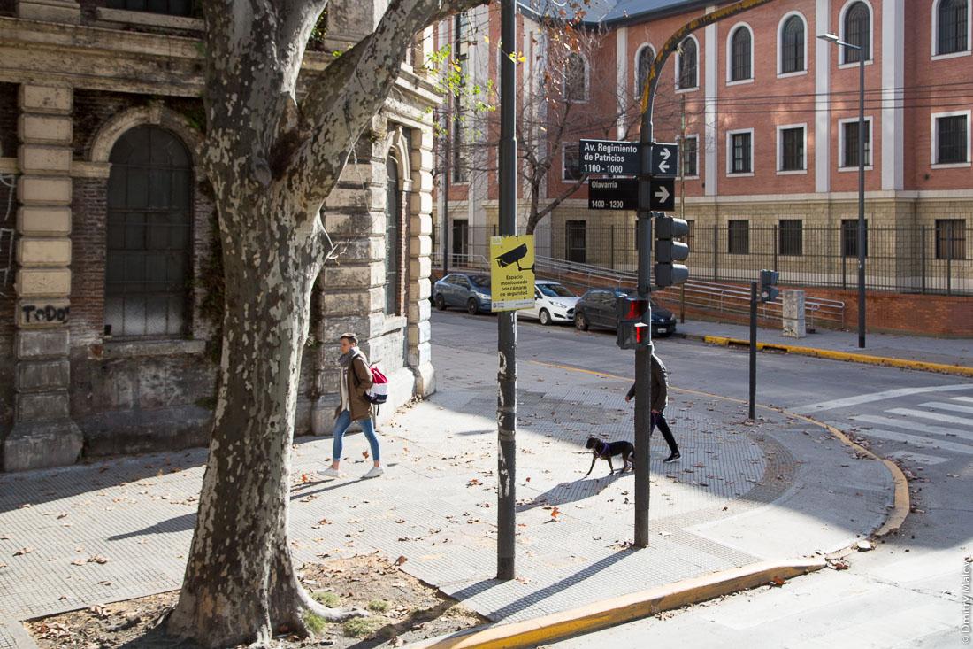 Светофор. Таблички с названием улиц. Улицы района Ла-Бока, Буэнос-Айрес, Аргентина. Traffic light. Nameplates for streets. Streets of La Boca, Buenos Aires, Argentina.