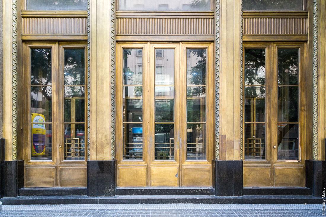 Дверь. Авенида Роке Саэнс Пенья (Диагональ Норте), центр Буэнос-Айреса, Аргентина. Doors. Avenida Roque Sáenz Peña (Diagonal Norte), downtown Buenos Aires, Argentina