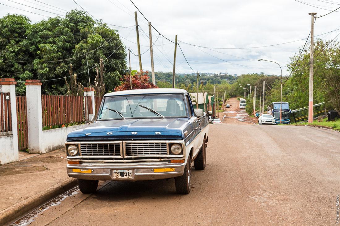 Старый пикап Форд на улице города Пуэрто-Игуасу, Аргентина. Old Ford pickup on street of Puerto Iguazú, Argentina