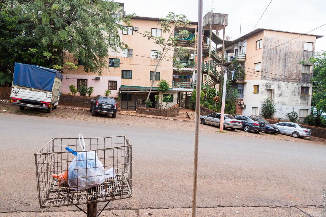 Четырёхэтажные многоквартирные дома-хрущёвки и уличная мусорка, Пуэрто-Игуасу, Аргентина. Four-storey apartment buildings and a street trash bin, Puerto Iguazú, Argentina