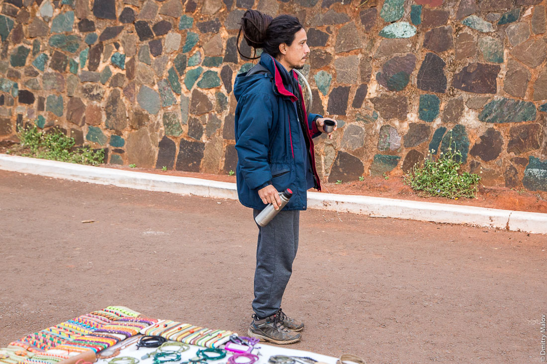 Местный мужчина с термосом горячего мате, La Triple Frontera, Пуэрто-Игуасу, Аргентина. A local man with a hot mate thermos, La Triple Frontera, Puerto Iguazu, Argentina.