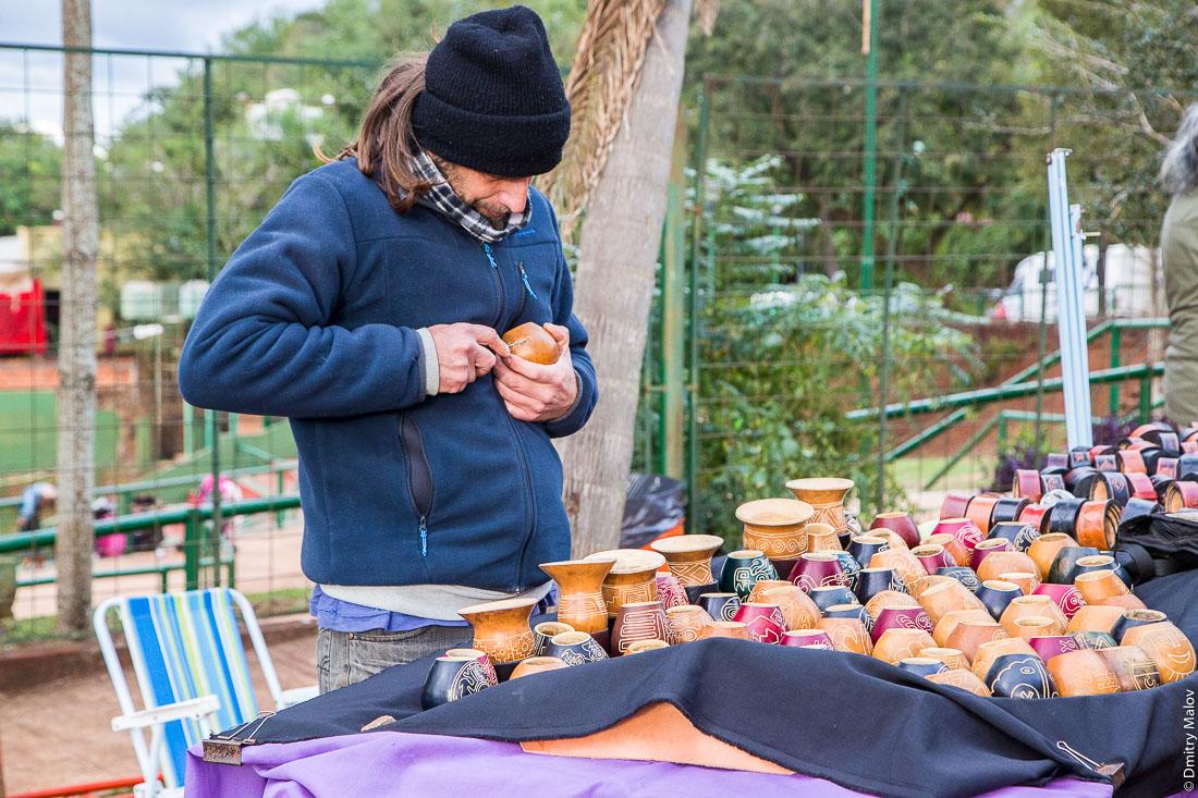 Местный мужчина вырезает калебасу для мате, La Triple Frontera, Пуэрто-Игуасу, Аргентина. A local man is carving a mate gourd, La Triple Frontera, Puerto Iguazu, Argentina.