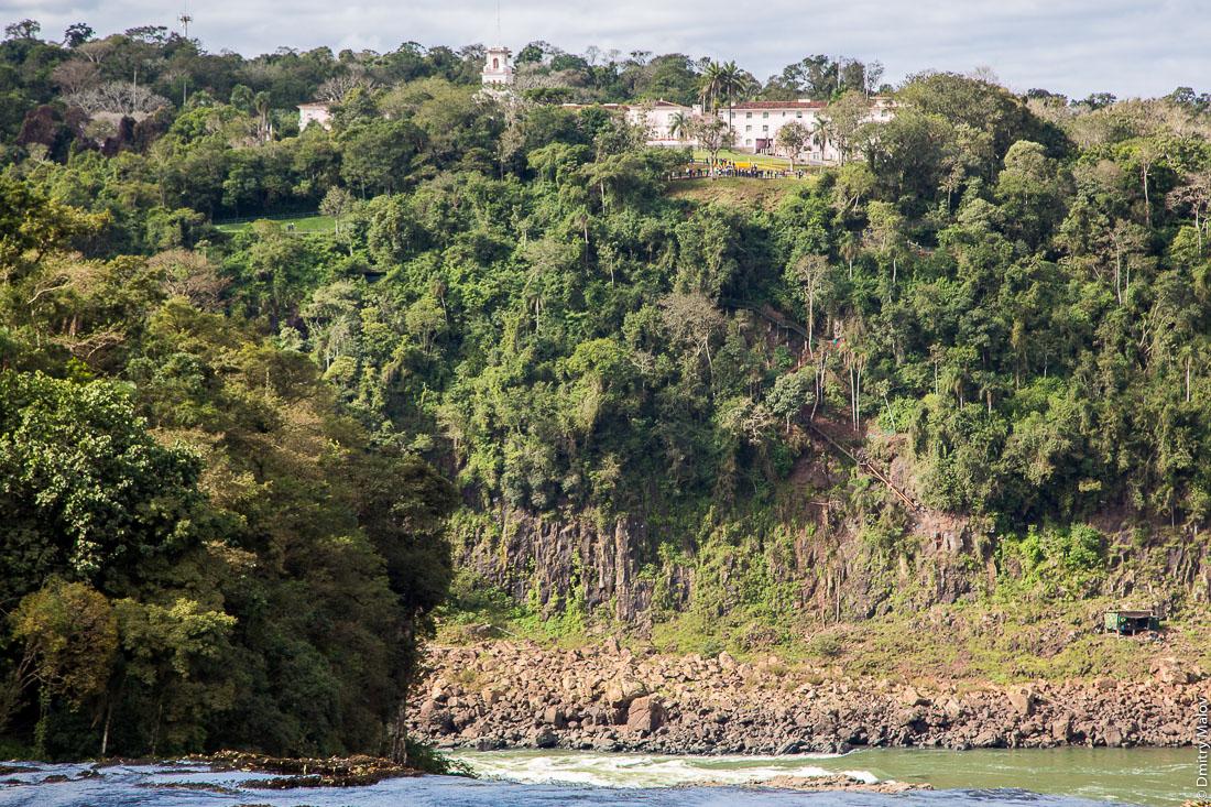Трекинговые маршруты в джунглях, национальный парк, Водопады Игуасу, Бразилия. Brazilian jungle hiking trail - canopy boardwalk in Iguazu National Park. Belmond Hotel Das Cataratas, Parque Nacional Iguassu, Brazil