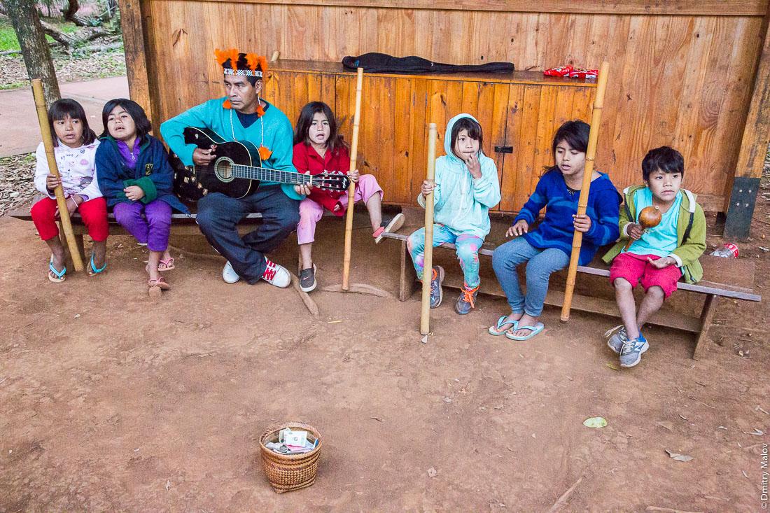 Самодеятельный детский ансамбль индейских песен и танцев гуарани в парке водопадов Игуасу, Аргентина. Amateur children's ensemble of Guarani Native American songs and dances, park of Iguazu waterfalls, Argentina.