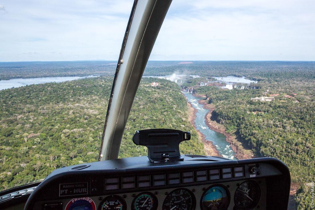 Helicopter flight over Parque Nacional Iguassu, Foz do Iguaçu, Brazil. Iguazu from helicopters cockpit. Полёт на вертолёте над национальным парком Игуасу, Фос-ду-Игуасу, Бразилия. Игуасу, съемка из кабины вертолёта