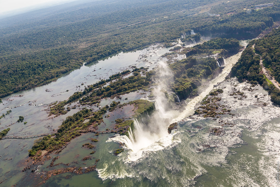 Глотка дьявола, водопад Игуасу, Бразилия, Аргентина. Аэрофотосъёмка с вертолёта. Garganta del Diablo. Devil's Throat, Iguazu Falls, Brazil, Argentina. Helicopter aerial photo.