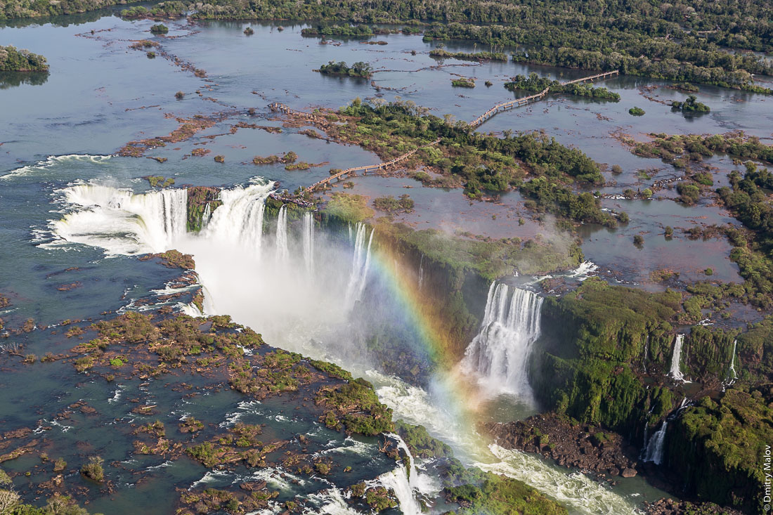 Глотка дьявола, водопад Игуасу, Бразилия, Аргентина. Аэро фото с вертолёта. Garganta del Diablo. Devil's Throat, Iguazu Falls, Brazil, Argentina. Helicopter aerial photo.