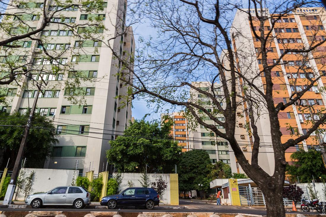 Многоэтажные многоквартирные дома и улица, Фос-ду-Игуасу, Бразилия. Multi-storey apartment buildings and a street of Foz do Iguaçu, Brazil