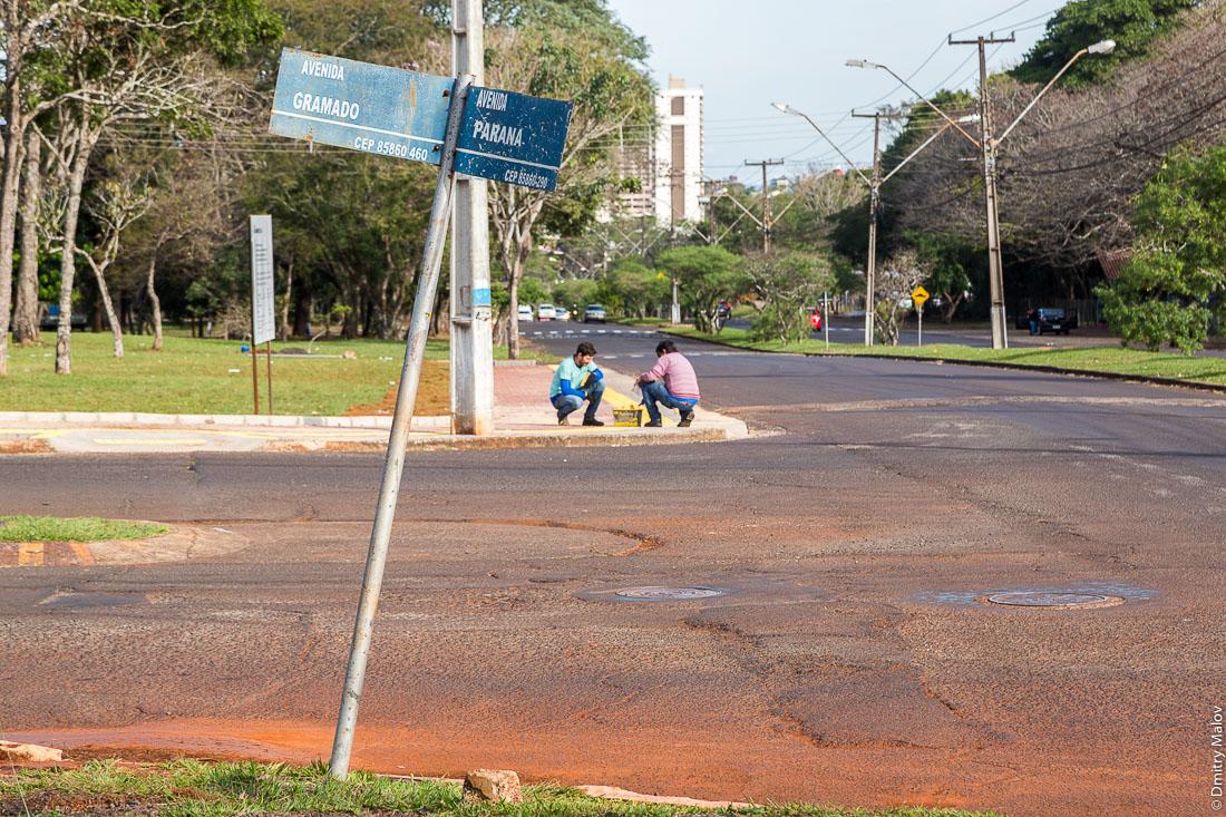 Перекрёсток Avenida Gramado и Avenida Parana, Фос-ду-Игуасу, Бразилия. Avenida Gramado and Avenida Parana crossing, Foz do Iguaçu, Brazil