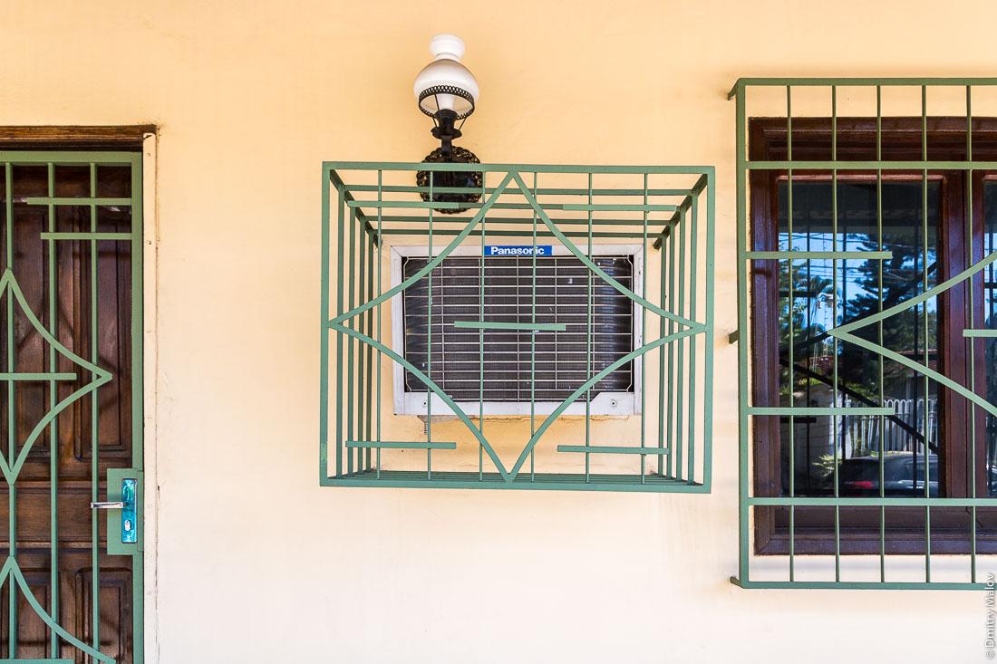 Решётки на окнах и кондиционерах. Район Реколета, Асунсьон, Парагвай. Bars on windows and air conditioning. Recoleta district, Asuncion, Paraguay.