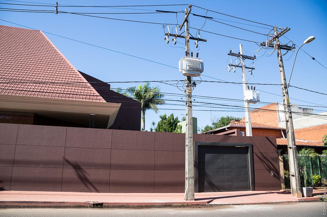 Высокий забор. Район Реколета, Асунсьон, Парагвай. High fence. Recoleta district, Asuncion, Paraguay.
