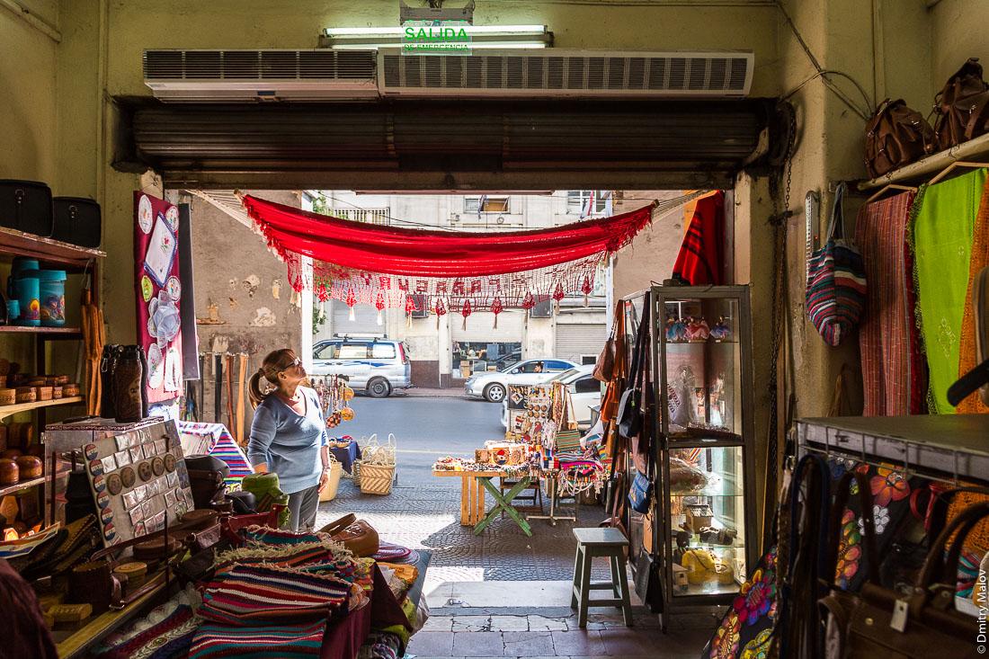 Сувенирный магазин в историческом центре города, Асунсьон, Парагвай. Souvenir shop in the historical city centre, Asuncion, Paraguay