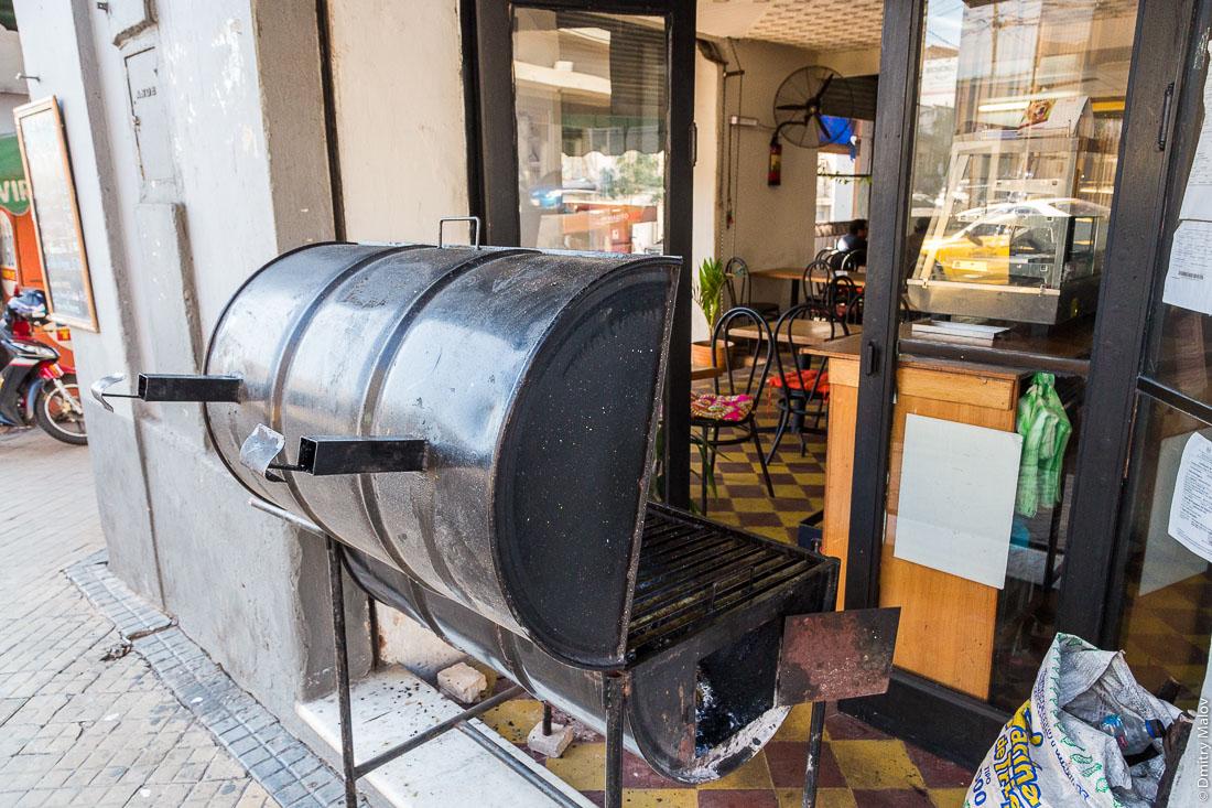 Гриль (парилья) кафе расположен на улице, Асунсьон, Парагвай. Cafe's parrilla (grill) is outside, Asuncion, Paraguay