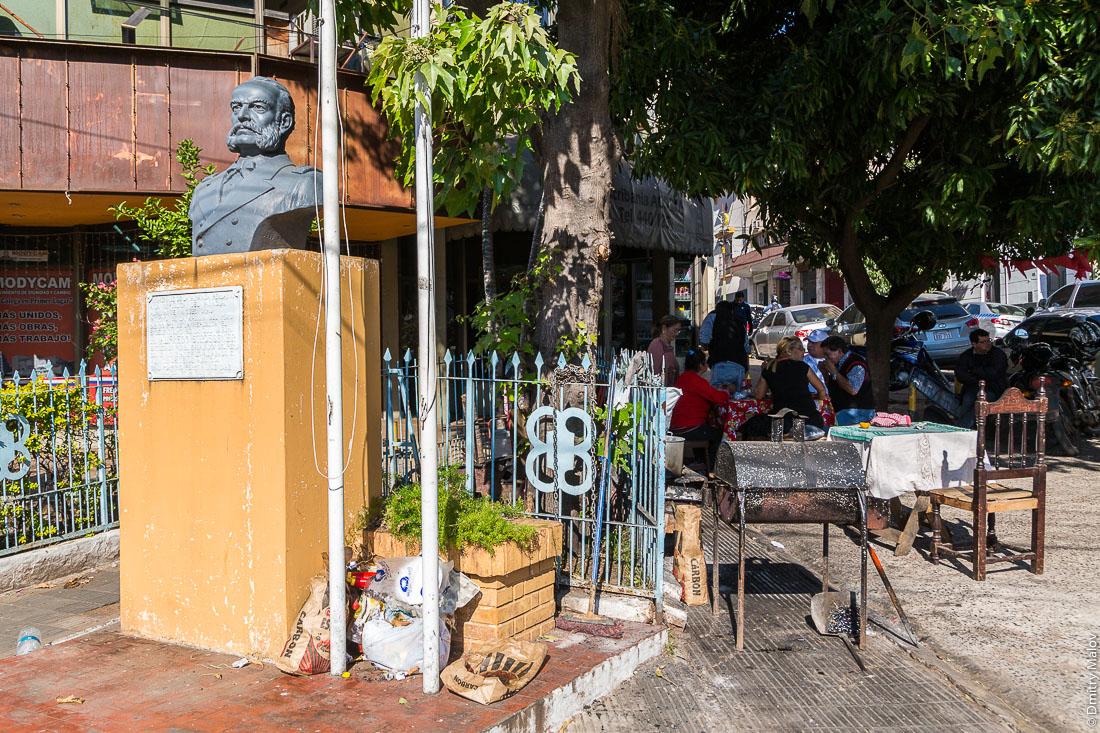 Памятник алмиралу Мигелю Грау Семинарио, кафе и парилья (гриль) на улице Асунсьон, Парагвай. Almirante Miguel Grau monument, cafe and parrilla (grill) on street of Asuncion, Paraguay