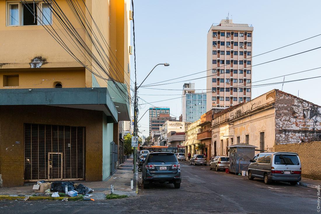 Испанские колониальные особняки вдоль улицы, центр города Асунсьон, Парагвай. Spanish colonial mansions along the street in the center of Asuncion, Paraguay.