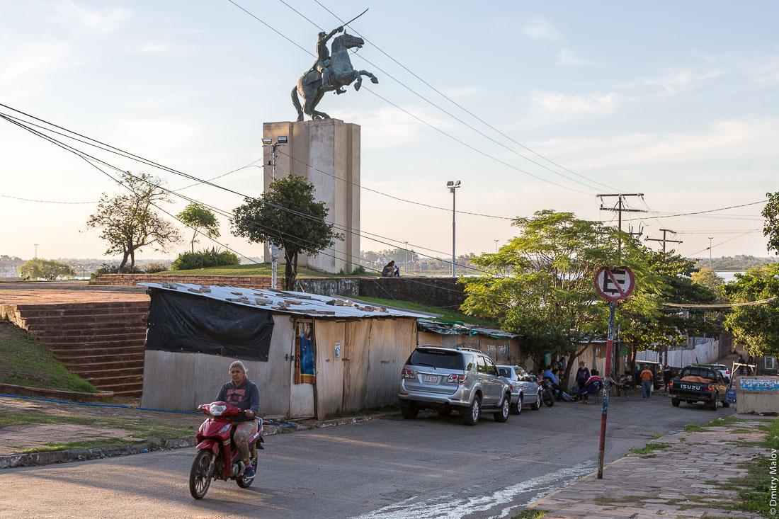 Monumento al Mcal.Fco.Solano Lopez in Parque la Victoria, Asuncion, Paraguay. Маршал Франсиско Солано Лопес прямо из центрального Парка Победы указывает на трущобы города Асунсьон, Парагвай.