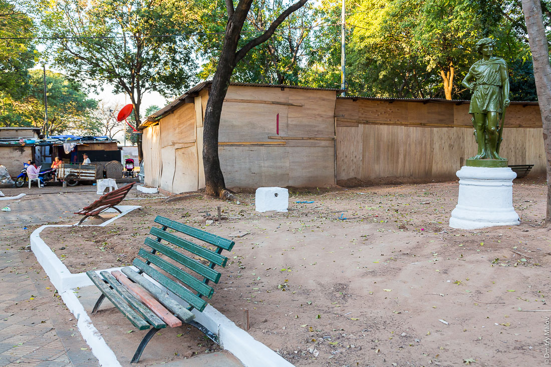 Slums near Paraguayo Independiente, a red satellite dish and an ancient statue, Asuncion, Paraguay. Трущобы на Парагуайо-Индепенденте, красная спутниковая тарелка и античная статуя, Асунсьон, Парагвай.