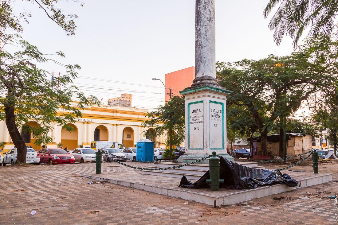 Slums near Paraguayo Independiente, Police HQ, Columna de la Independencia Nacional, Asuncion, Paraguay. Трущобы на Парагуайо-Индепенденте, у штаб-квартирцы полиции, колонна в честь независимости, Асунсьон, Парагвай.