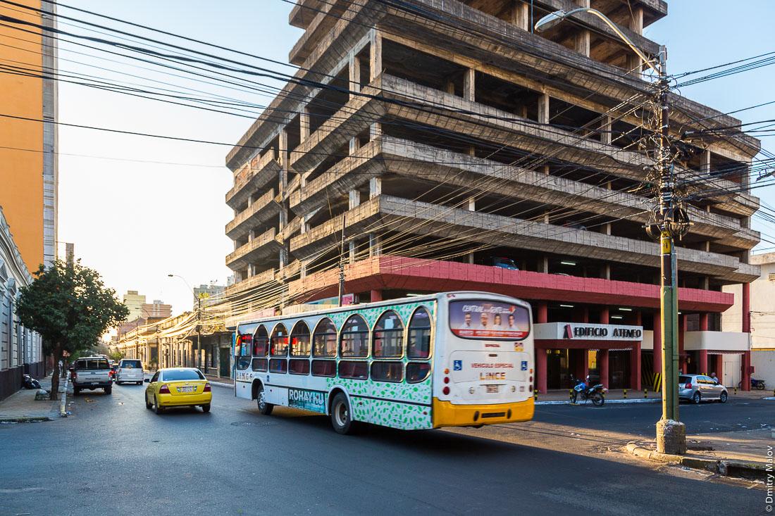 Воздушные кабеля и автобус на улице города Асунсьон, Парагвай. Overhead cables and a public bus on streets of Asuncion, Paraguay