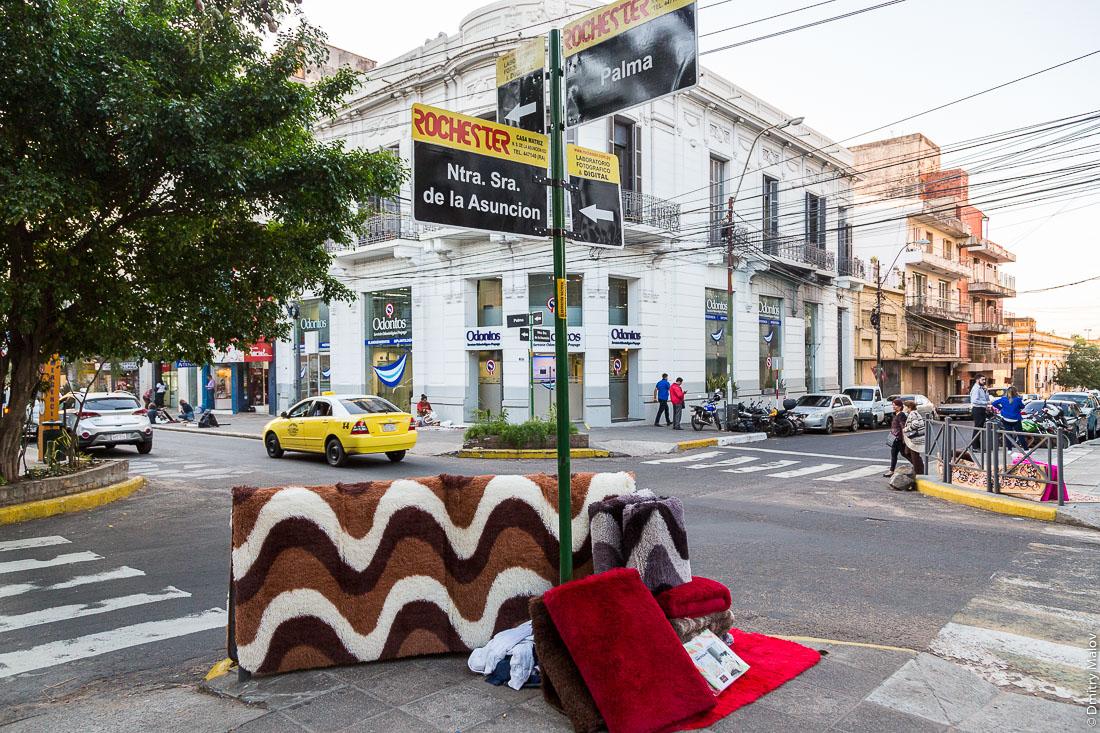 Продажа ковров на центральном перекрёстке, Асунсьон, Парагвай. Selling of carpets. On a central streets junction, Asunción, Paraguay.