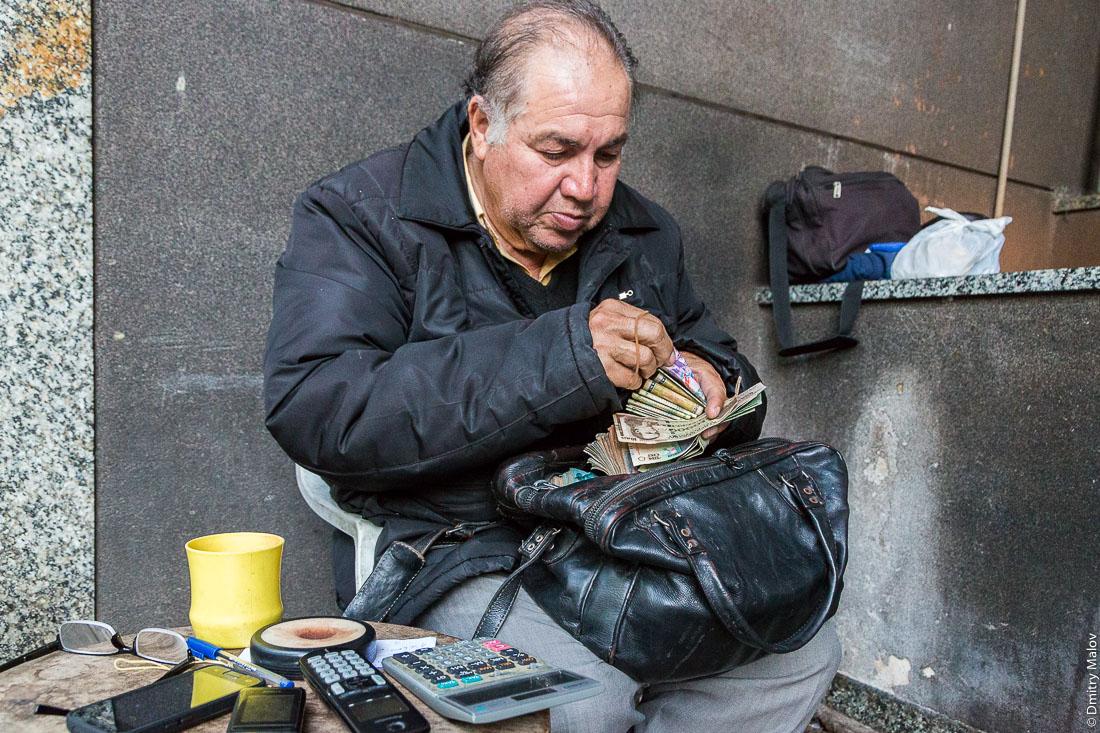 Уличный обмен валюты, город Асунсьон, Парагвай. Street currency exchange, Asuncion city, Paraguay. Cambio, Asunción, Paraguay.