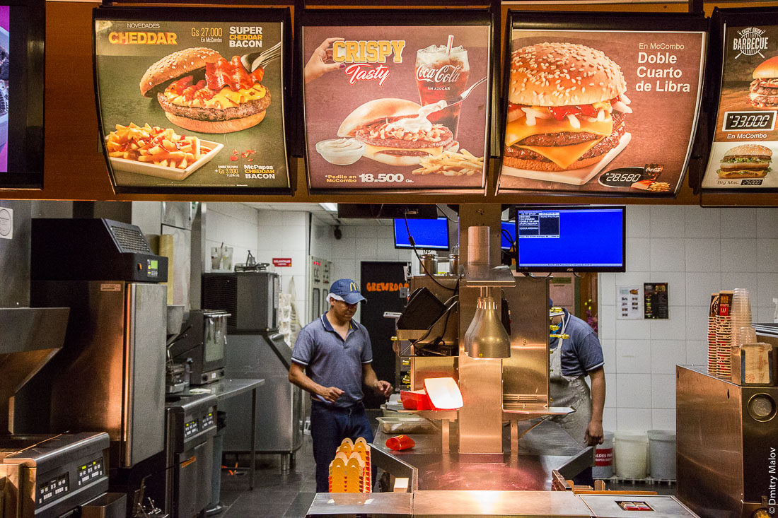 Внутри ресторана Макдональдс, Асунсьон, Парагвай. Inside McDonalds restaurant, Asuncion, Paraguay